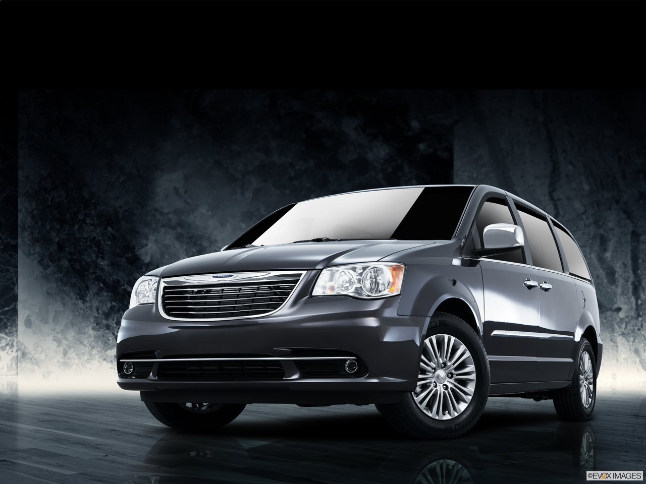 Exterior View Of 2016 Chrysler Town and Country in Yuba City